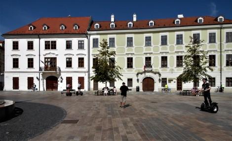 Pressburg: Hauptplatz - links Palais Kutscherfeld, [später Esterhazy-Palais], rechts Statthalterpalais (2018)