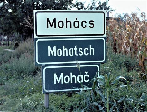Mohacs: dreisprachiges Ortsschild (1983)