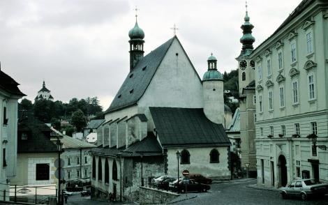 Schemnitz [slowak. Banská Štiavnica]: Neues Schloss [links hinten] und Katharinenkirche (2004)