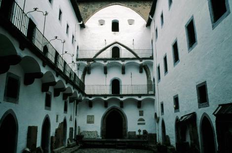 Schemnitz [slowak. Banská Štiavnica]: Altes Schloss - Innenhof der Kirche (2004)