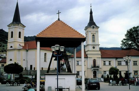 Wagendrüssel [slowak. Nálepkovo]: Katholische Kirche [links], Glockenturm [Mitte], Rathaus [rechts] (2004)