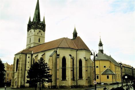 Eperies [slowak. Prešov]: Katholische Kirche [links] und evangelische Kirche (2004)