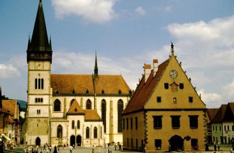 Bartfeld [slowak. Bardejov]: Marktplatz mit Rathaus und Ägidiuskirche (2004)
