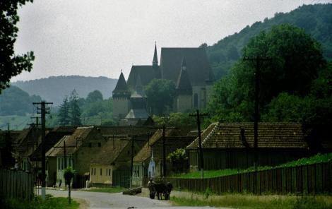 Birthälm: Blick zur Kirchenburg (1991)