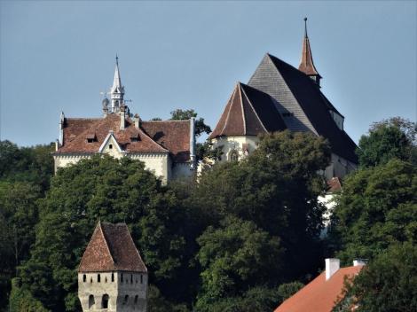Schäßburg: Bergkirche [rechts] und Haltrich-Gymnasium (2018)