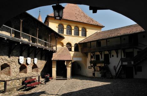 Tartlau (rum. Prejmer): Kirchenburg - Vorhof, Rathaushof (2018)