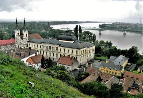 Gran [ung. Esztergom]: Blick vom Dom auf die Wasserstädter Pfarrkirche und die Donau (2008)