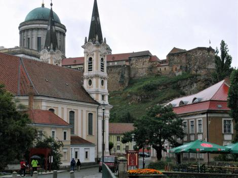 Gran [ung. Esztergom]: Blick von der Wasserstadt zum Burgberg (2008)