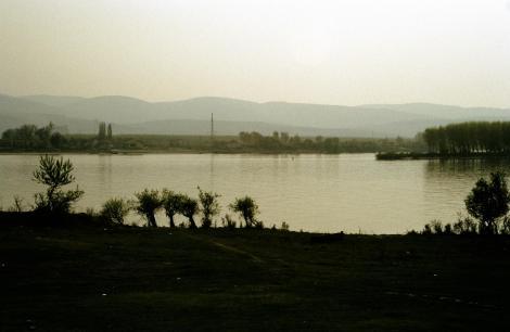 Futok [serb. Futog]: Blick über die Donau zu den Frankenbergen [Fruska Gora] (1990)