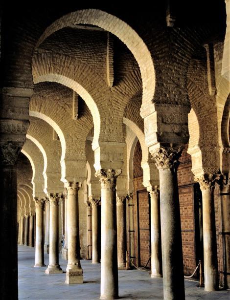 Kairouan: Große Moschee [Sidi-Oqba-Moschee] - Säulenumgang des Innenhofs (1998)