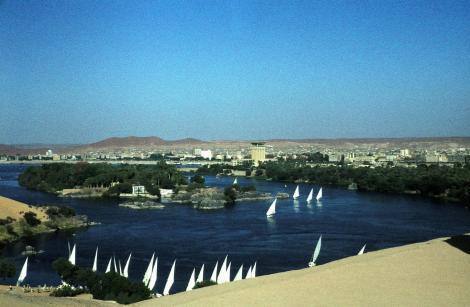 Assuan: Blick vom Aga Khan-Mausoleum auf Nil und Stadt (1982)