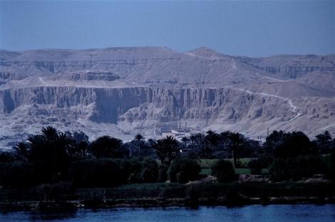 Luxor: Blick zum Hatschepsut-Tempel (1982)