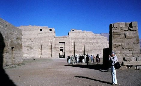 Theben-West: Medinet Habu - Blick vom Eingangstor auf den Großen Tempel von Ramses III. (1982)