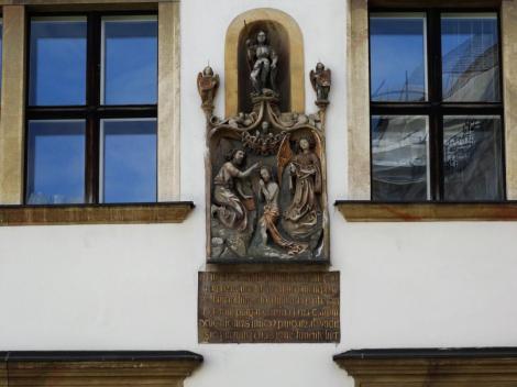 Wien: Jordanhof - Relief [Taufe Christi] und Inschrift [Erinnerung an Judenverbrennungen von 1421] (2019)