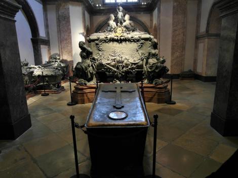 Wien: Kapuzinergruft - Sarkophage von Kaiser Joseph II. [vorne] sowie Maria Theresia und Kaiser Franz Stephan [hinten] (2019)