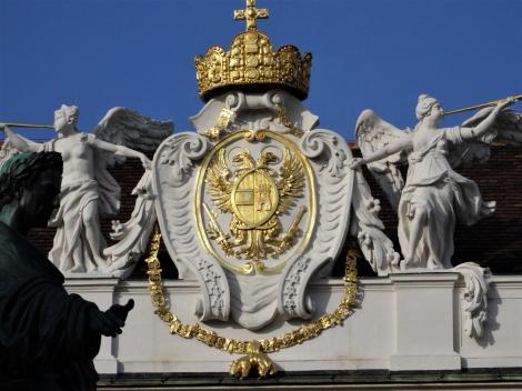 Wien: Hofburg - Reichskrone und Wappen Kaiser Karls VI. [Österreich und Kastilien] auf dem Reichskanzleitrakt (2019)