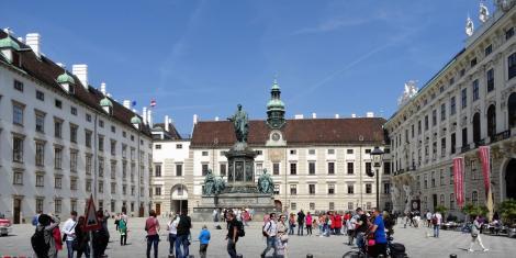 Wien: Hofburg - In der Burg [links Leopoldinischer Trakt, Mitte Amalienburg, rechts Reichskanzleitrakt] (2019)