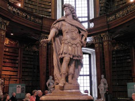 Wien: Hofburg - Nationalbibliothek Statue Kaiser Karls VI. im Prunksaal (2019)