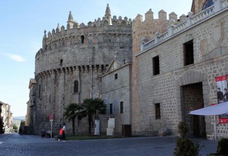 Avila: Apsis der Kathedrale als Teil der Stadtmauer und Carnicerias-Tor (2019)