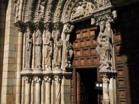 Avila: Kirche San Vicente - Westportal [links Apostel, rechts Jesus] (2019)