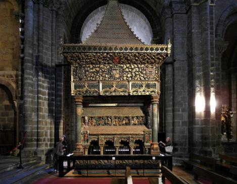 Avila: Kirche San Vicente - Grabmal für Vicente, Sabina, Cristeta [Nordseite] (2019)