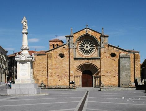 Avila: Kirche San Pedro, links Säule der Teresa von Avila (2019)