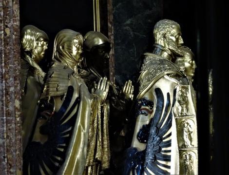 El Escorial: Klosterpalast - Kirche Bronzestatuen Karls V. und Angehöriger im Chor (2019)