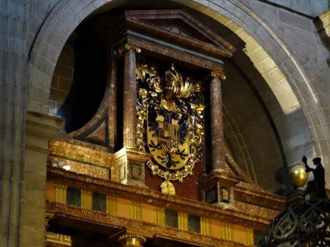 El Escorial: Klosterpalast - Kirche Wappen auf der linken Seite im Chor (2019)