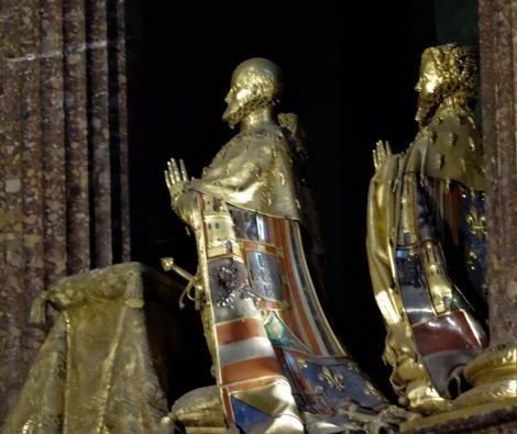 El Escorial: Klosterpalast - Kirche Bronzestatuen Philipps II. und Angehöriger im Chor (2019)