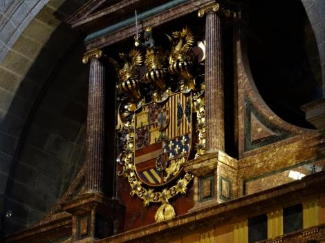 El Escorial: Klosterpalast - Kirche Wappen im Chor, linke Seite (2019)