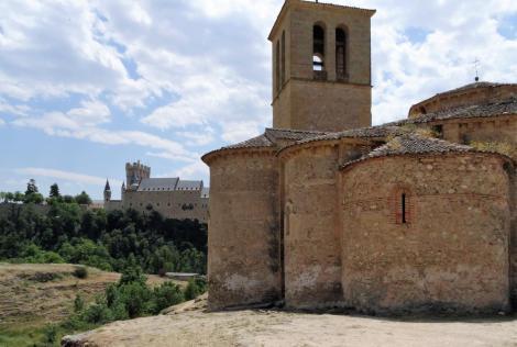 Segovia: Templerkirche Vera Cruz - Apsiden [links hinten: Alcazar] (2019)