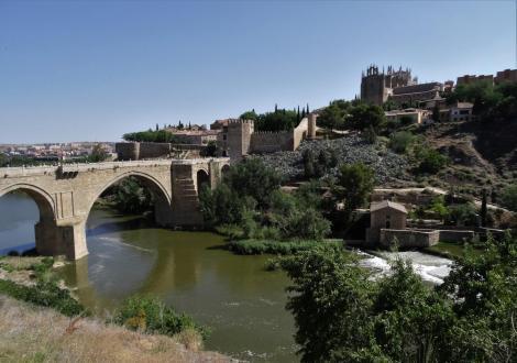 Toledo: San Martin-Brücke, rechts oben Kirche San Juan de los Reyes (2019)