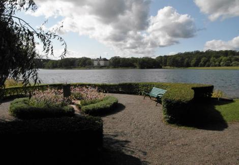 Schloss Gripsholm: Blick vom Schlosspark, hinten Schloss Gripsnäs (2019)