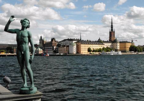"""Stockholm: Blick vom Stadthaus zur Ritterinsel, links Bronzestatue """"Gesang"""" von Carl Eldh (2019)"""
