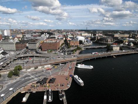 Stockholm: Blick vom Turm des Stadthauses nach Norrmalm und [rechts] die Heiliggeistinsel [Helgeandsholmen] mit dem Reichstag (2019)