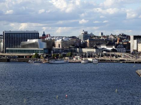 Stockholm: Blick von Södermalm auf Norrmalm mit Bahnhof und World Trade Center (2019)
