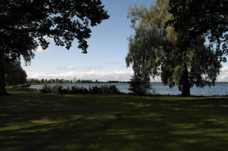 Vadstena: Blick auf den Vättersee bei der Klosterkirche (2019)