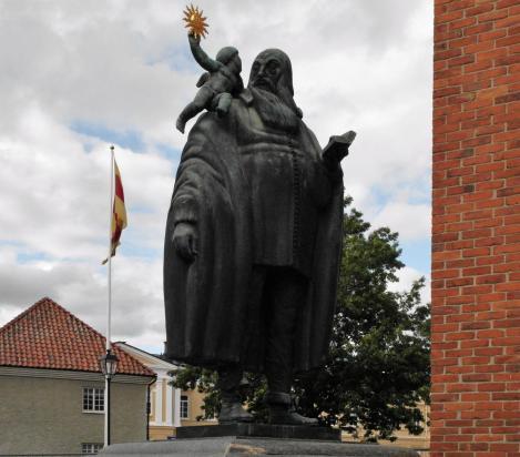 Västerås: Statue von Bischof Johannes Rudbeckius vor dem Dom (2019)
