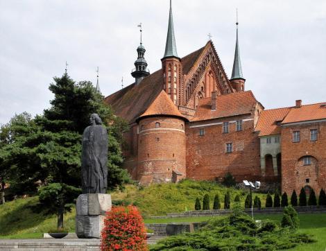 Frauenburg: [poln. Frombork]: Domburg mit Kopernikus-Statue (2012)