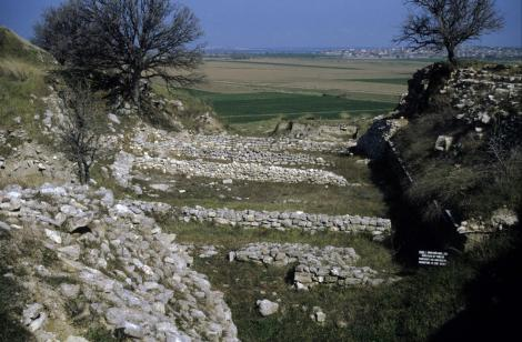 Troja: Schliemann-Graben mit Wohnhäusern aus Troja I (1997)