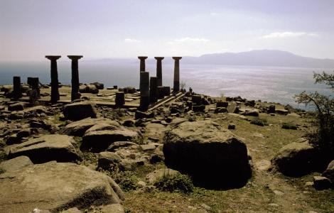 Assos: Athena-Tempel, hinten Insel Lesbos (1997)