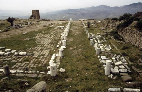 Pergamon: Athena-Tempel [links] und Bibliothek [rechts] (1997)