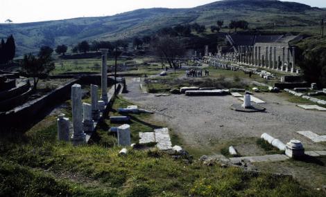 Pergamon: Asklepeion - von links Asklepios-Tempel, Propylon, Nordgaleria und Theater (1997)