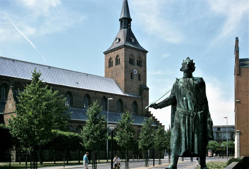 Odense: Knudskirche und Knuds-Denkmal (2001)