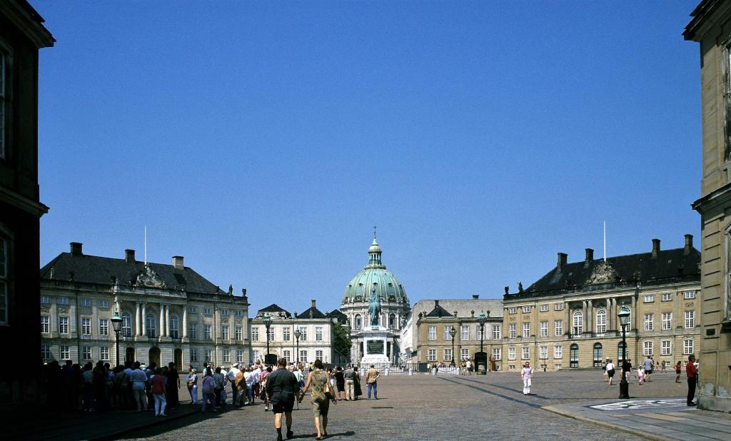 Kopenhagen: Schloss Amalienburg, hinten Marmorkirche (2001)