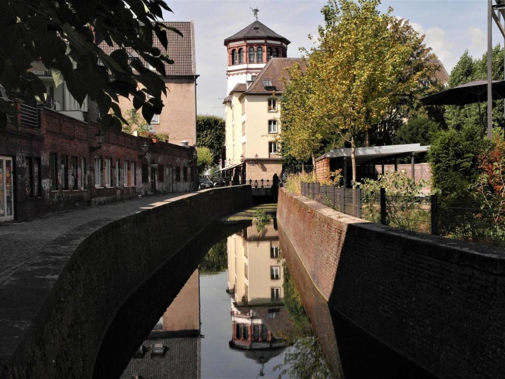 "Düsseldorf: Fluss ""Düssel"" und Schlossturm (2018)"