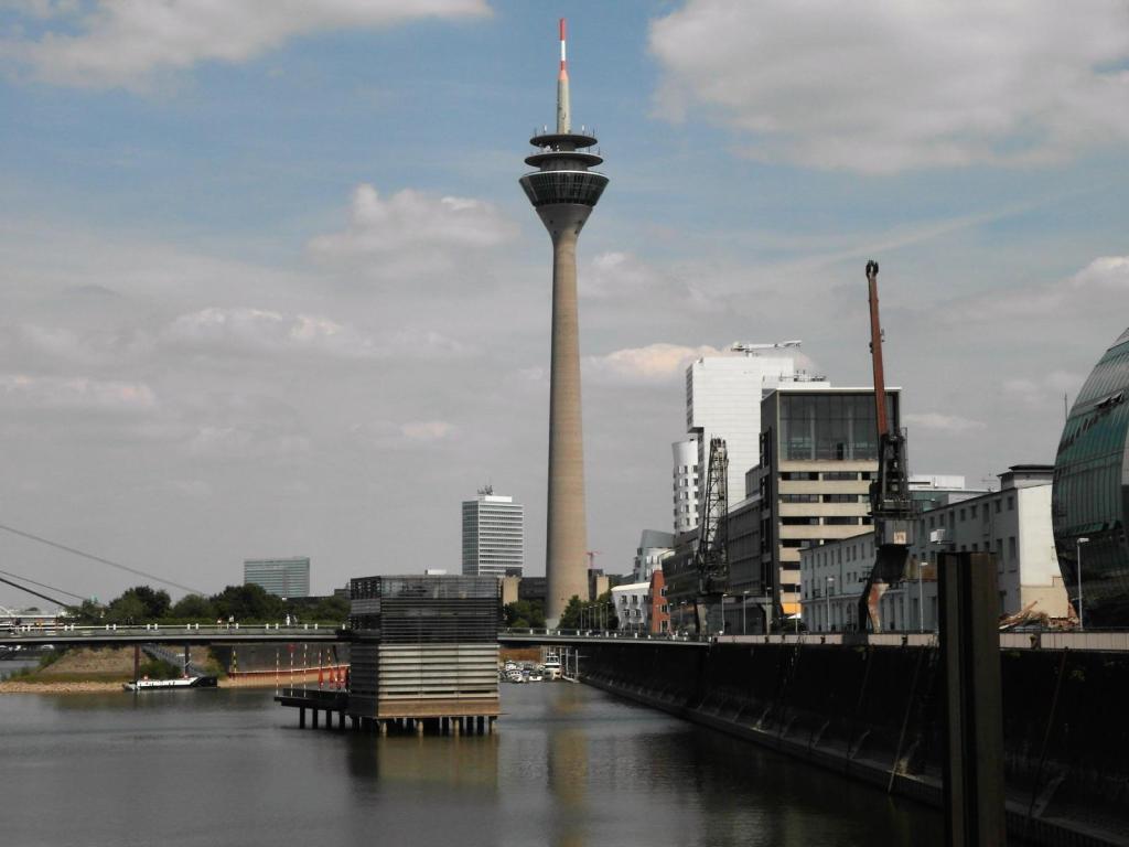 Düsseldorf Rheinturm, vom Medienhafen gesehen (2018)