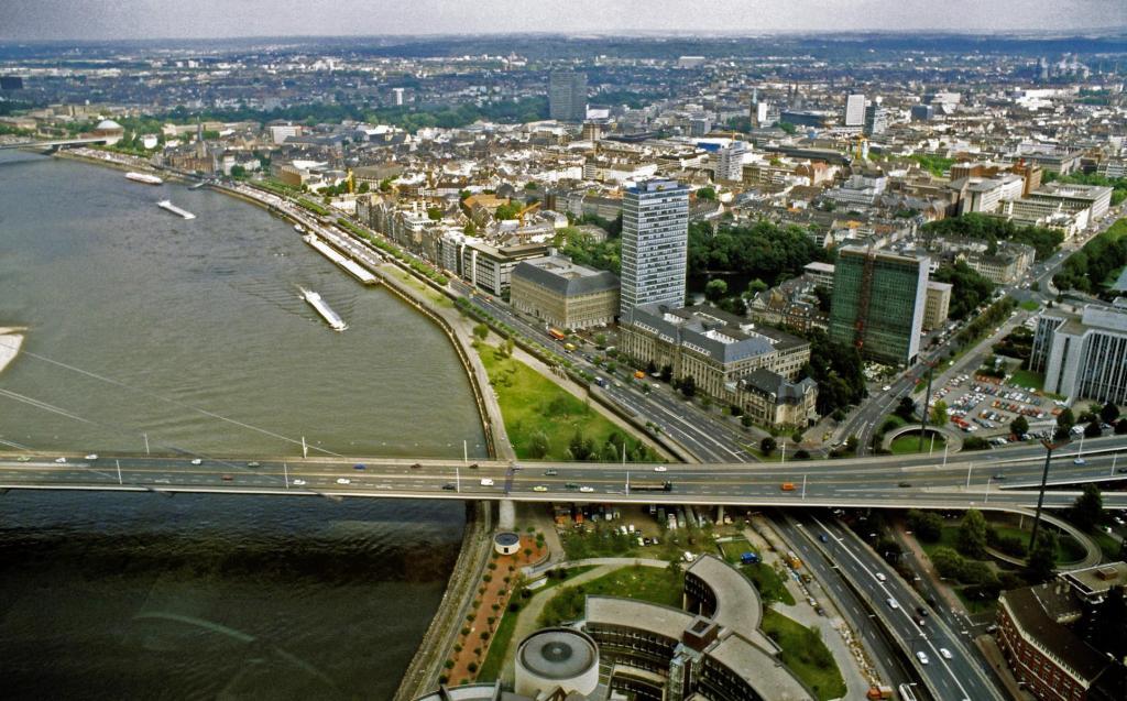 Düsseldorf: Blick vom Rheinturm nach Norden (1988)