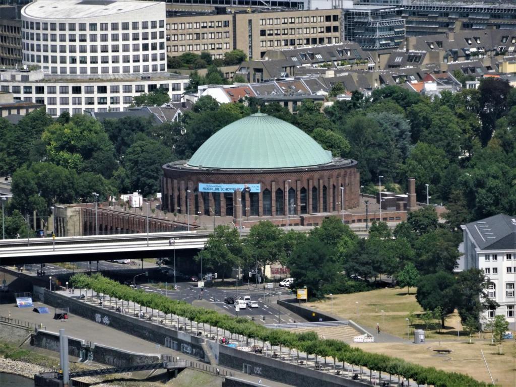 Düsseldorf: Blick vom Rheinturm zur Tonhalle (2018)