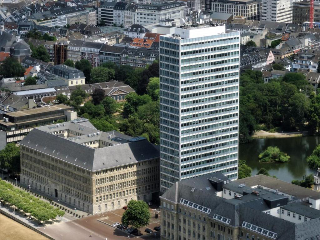 Düsseldorf: Blick vom Rheinturm zum Mannesmann-Hochhaus (2018)